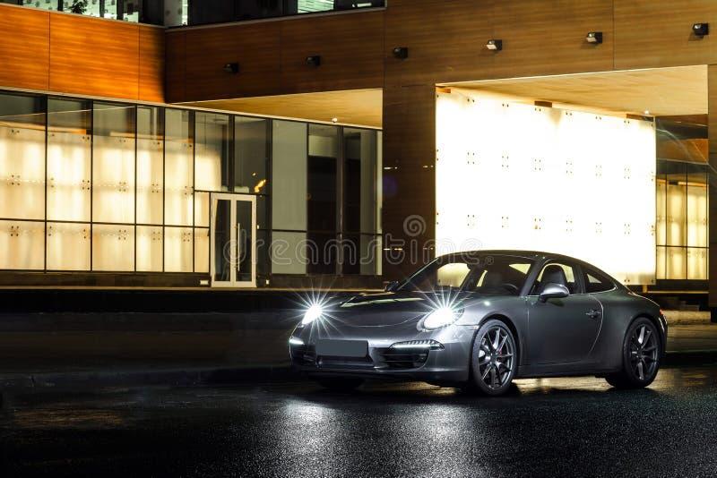 Lyxig sikt för natt för sportbil arkivbilder