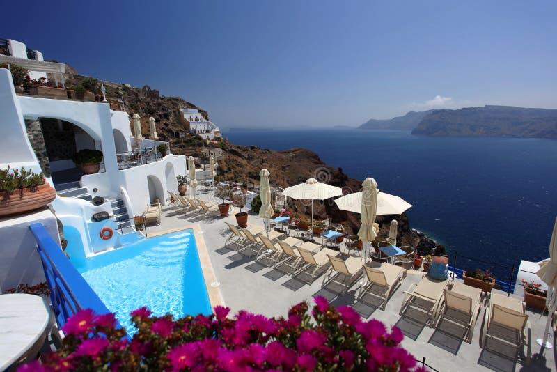 Lyxig simbassäng i Santorini royaltyfri bild