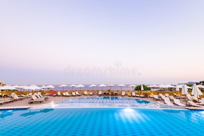 Lyxig simbassäng på soluppgång i hotellsemesterorten, Rhodes, Grekland royaltyfri bild