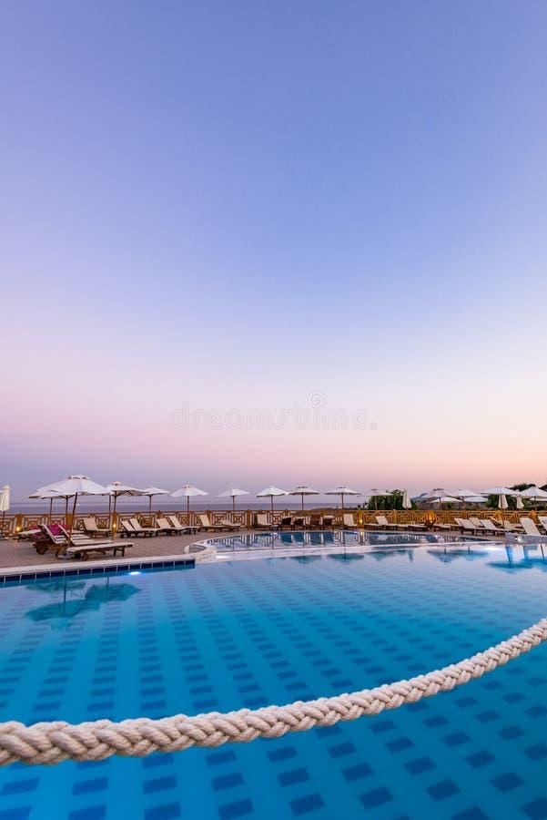Lyxig simbassäng på soluppgång i hotellsemesterorten, Rhodes, Grekland royaltyfria bilder
