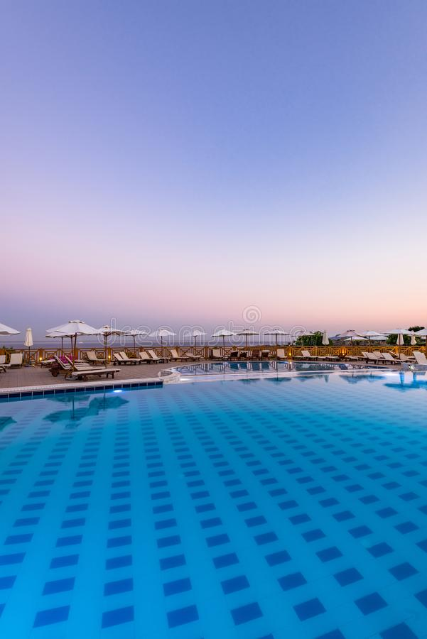 Lyxig simbassäng på soluppgång i hotellsemesterorten, Rhodes, Grekland royaltyfria foton