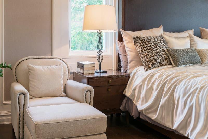 Lyxig soffa i klassiskt stilsovrum arkivfoto