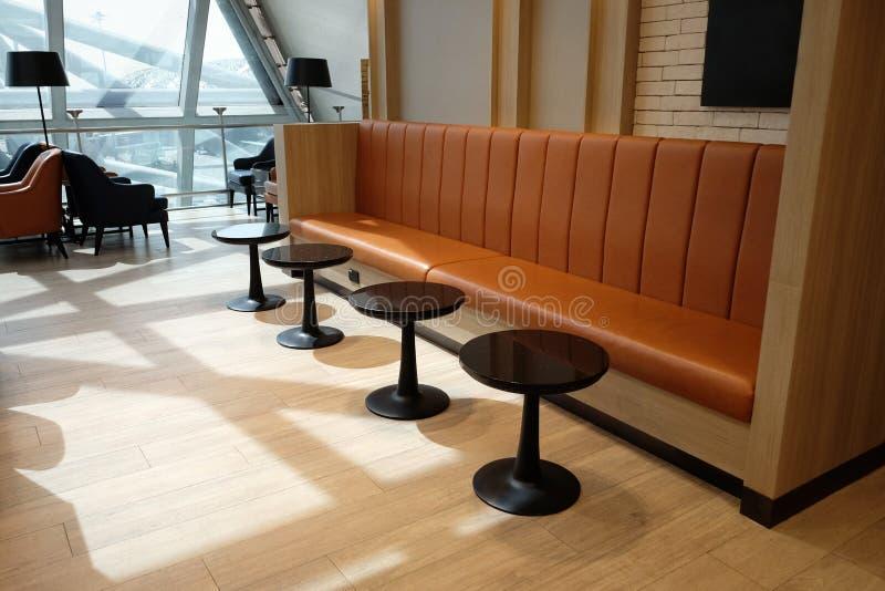 Lyxig soffaplats i flygplatsvardagsrum arkivfoto