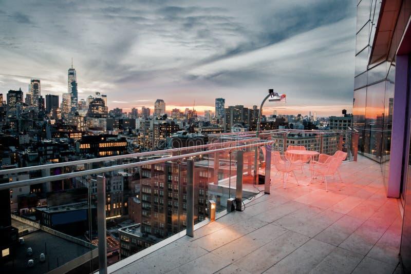 Lyxig stadstakbalkong med att kyla område i den New York City Manhattan midtownen Elitfastighetbegrepp arkivfoton
