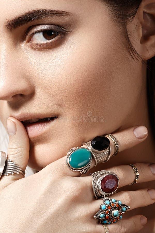 Lyxig stil med enorma chic smycken, tappningcirkel Romantisk bohotillbehör royaltyfria foton