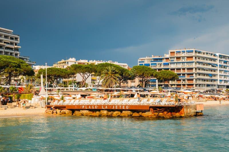 Lyxig strand och pir i den franska Riviera semesterortstaden av Juan lesben arkivfoto