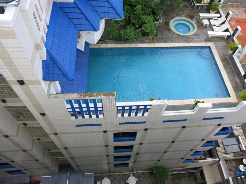 Lyxig takpöl simning f?r hotellp?ltak royaltyfri foto
