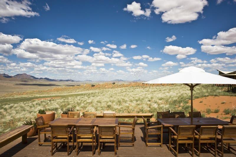Lyxig terrass av ett safarihotell i Namibia royaltyfria bilder