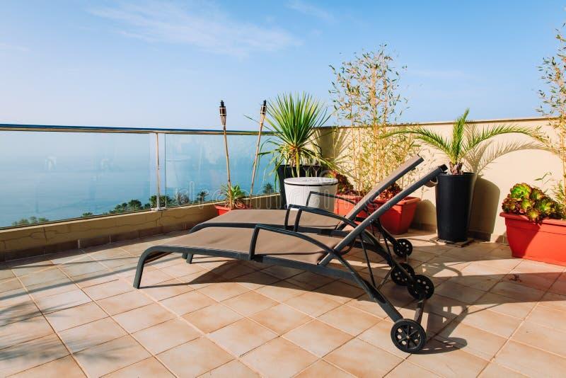 Lyxig terrassbalkong för avkopplad semester på havet fotografering för bildbyråer