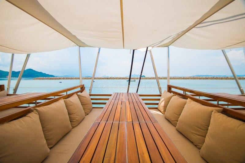Lyxig träplats på yachten royaltyfria foton