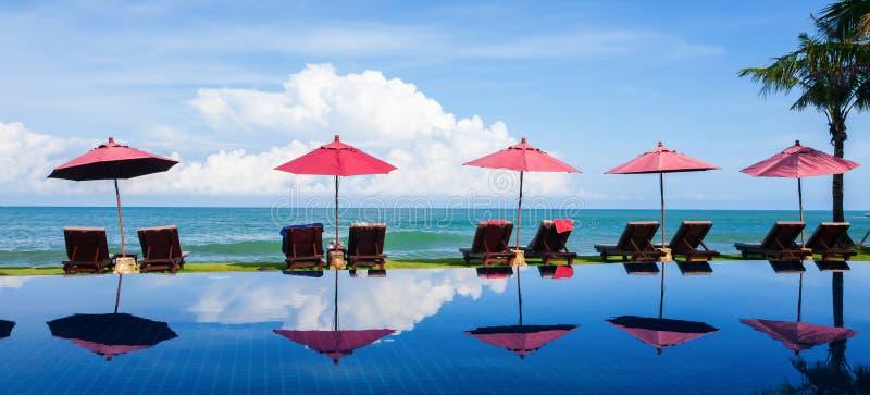 Lyxig tropisk semesterort för landskap med simbassängen nära Palm Beach på solig dag royaltyfri foto