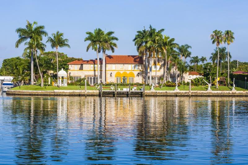 Lyxig uppehåll på stranden i södra Miami royaltyfri bild