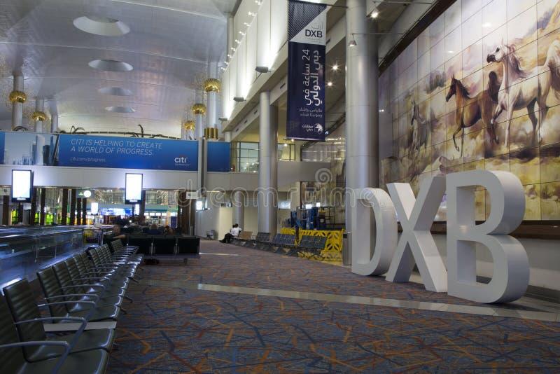 Lyxig väntande vardagsrum av den Dubai International flygplatsen royaltyfria bilder