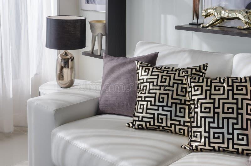 Lyxig vardagsrum med den svarta lampan och vitsoffan royaltyfria bilder