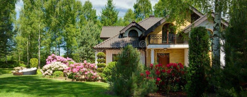 Lyxig villa med den avskilda trädgården royaltyfria bilder