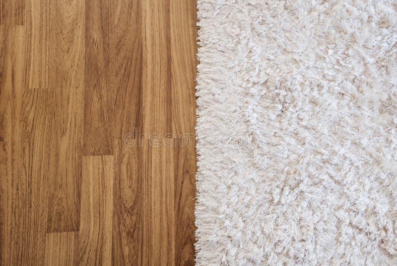 Lyxig vit matta för närbild på det wood golvet för laminat i vardagsrum, inregarnering fotografering för bildbyråer