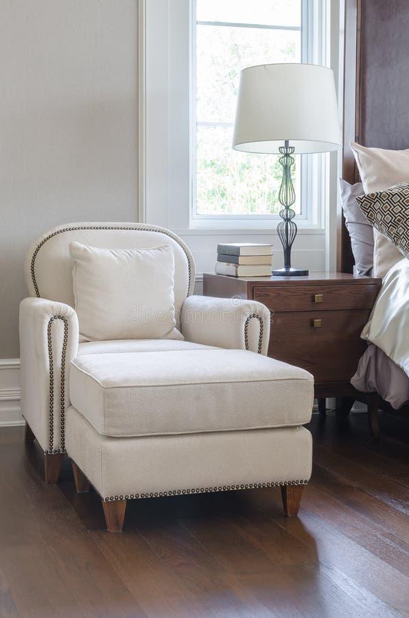 lyxig vit stol i klassisk sovrumdesign royaltyfria foton