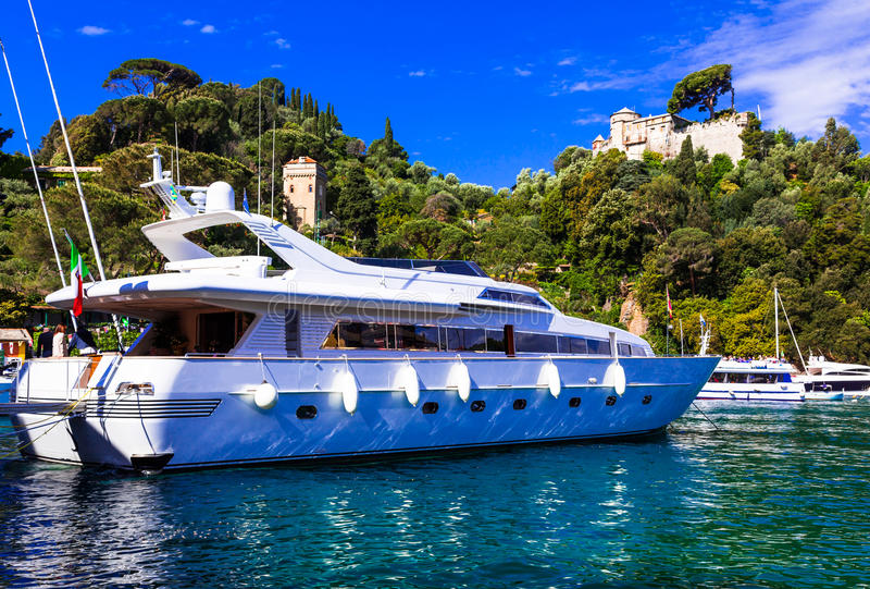 Lyxig vit yacht i hamn av Portofino, Italien fotografering för bildbyråer