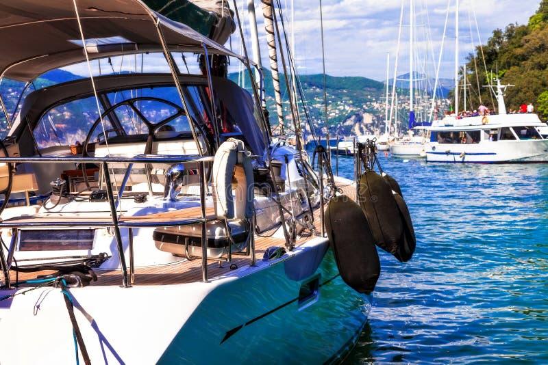 Lyxig yacht i hamn av Portofino, Italien arkivfoton