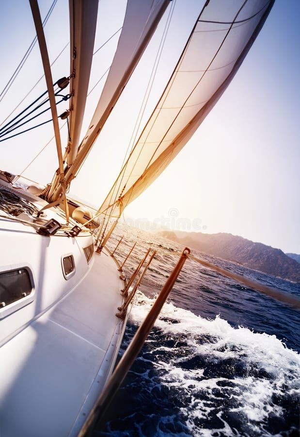 Lyxig yacht i handling royaltyfria foton