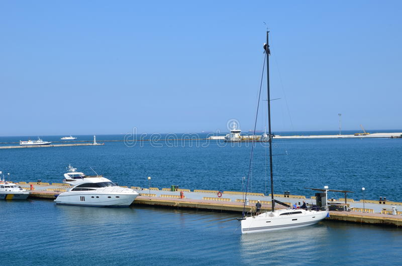 Lyxig yacht i havet arkivbilder