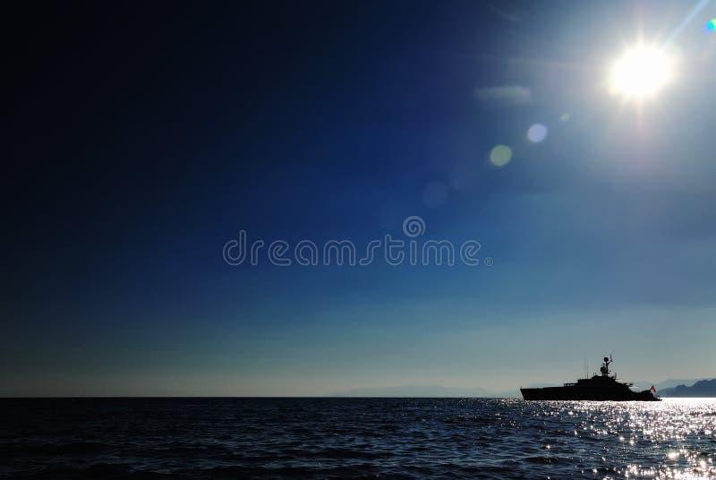 Lyxig yacht nära bergkusten, konturfoto arkivbilder