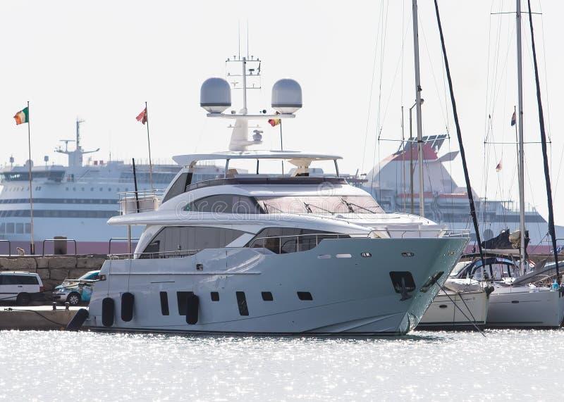 Lyxig yacht på bakgrundskryssningskeppet i fjärd av Mandraki Rhodes Grekland fotografering för bildbyråer