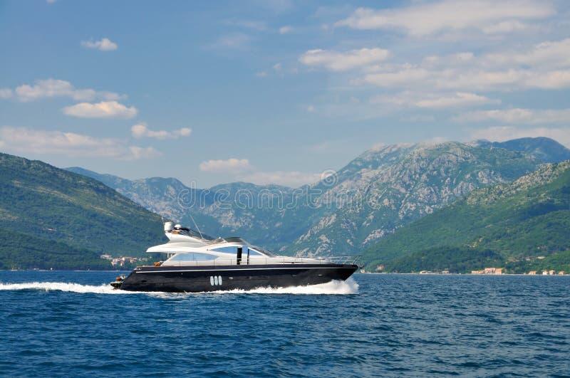 Lyxig yacht som kryssar omkring i fjärden royaltyfri bild