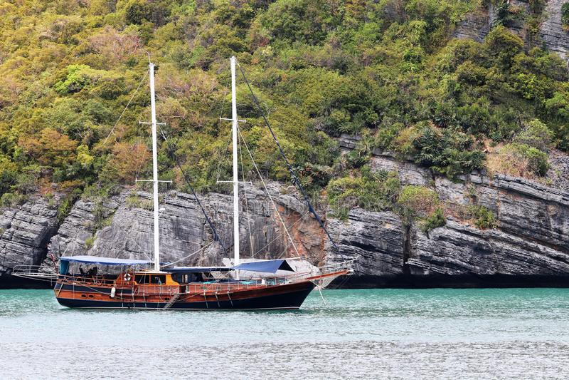 Lyxig yachtsegling i den tropiska ön, den vita sandstranden och havet på Samui arkivbild