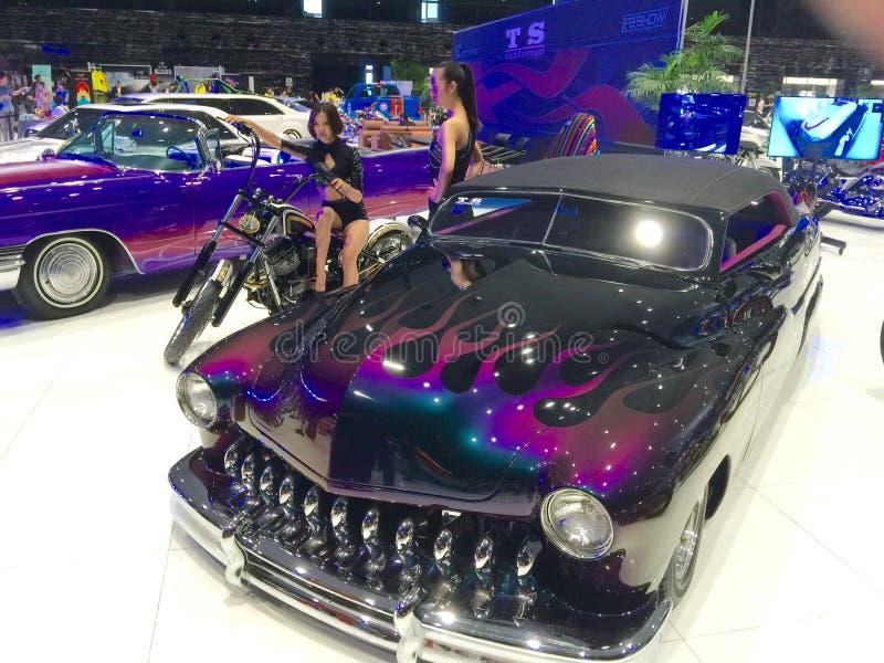 Lyxiga bilar på skärm och modeller royaltyfria foton