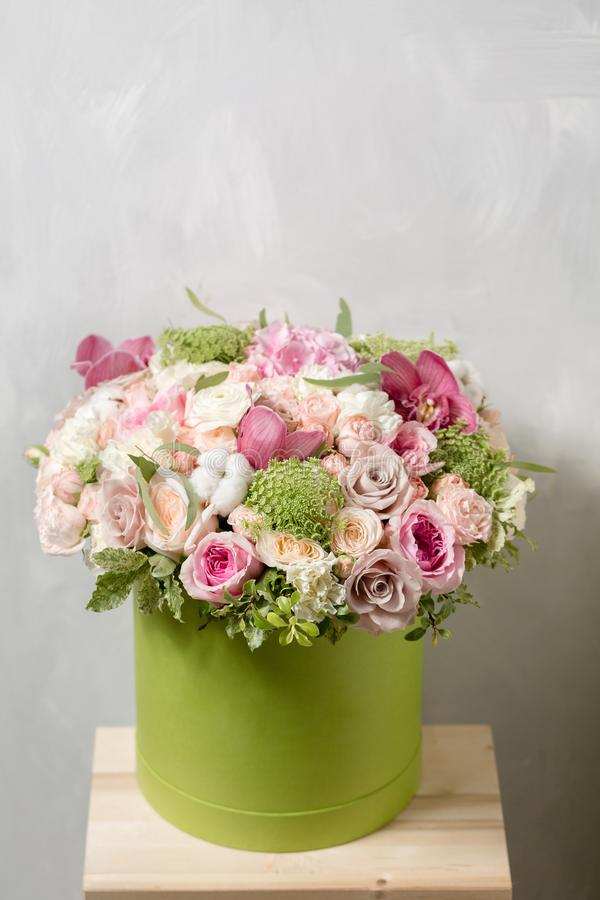 Lyxiga buketter av blandningen blommar i hattasken royaltyfri bild