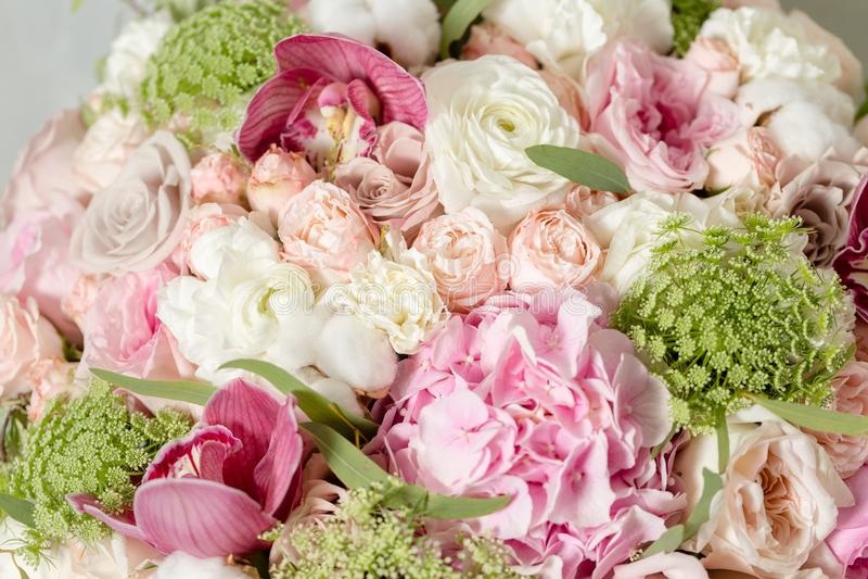Lyxiga buketter av blandningen blommar i hattasken closeup royaltyfria bilder