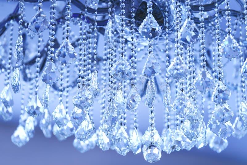 Lyxiga Crystal Chandelier Stäng sig upp på kristallen av en contempo arkivfoto