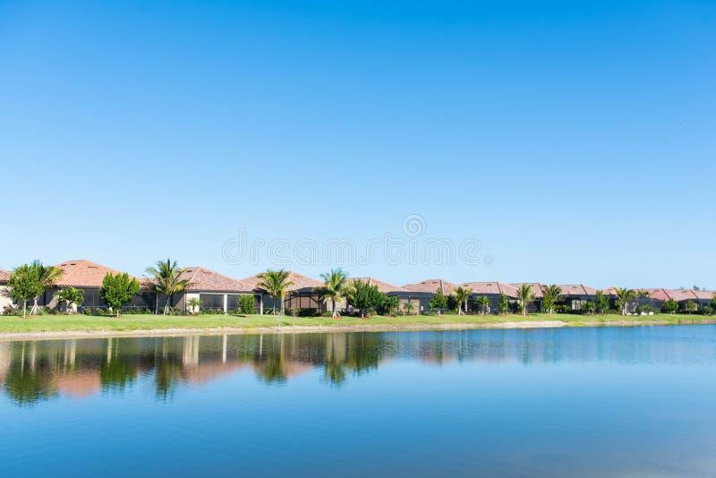 Lyxiga hem i Florida golfgemenskap royaltyfri foto