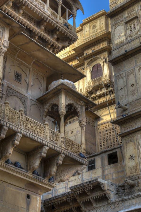 Lyxiga hus på den huvudsakliga Jaisalmer fortfyrkanten, Indien royaltyfria foton