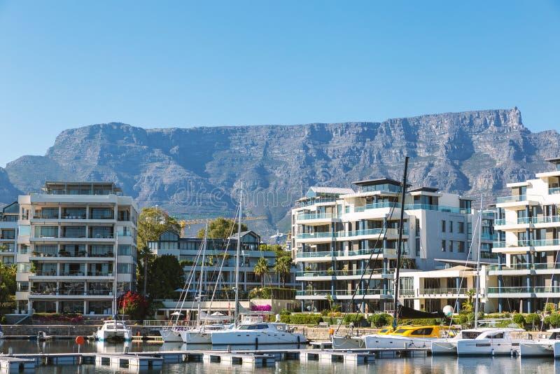 Lyxiga hyreshusar och yachter och tabellbergsikt i Cape Town royaltyfri fotografi