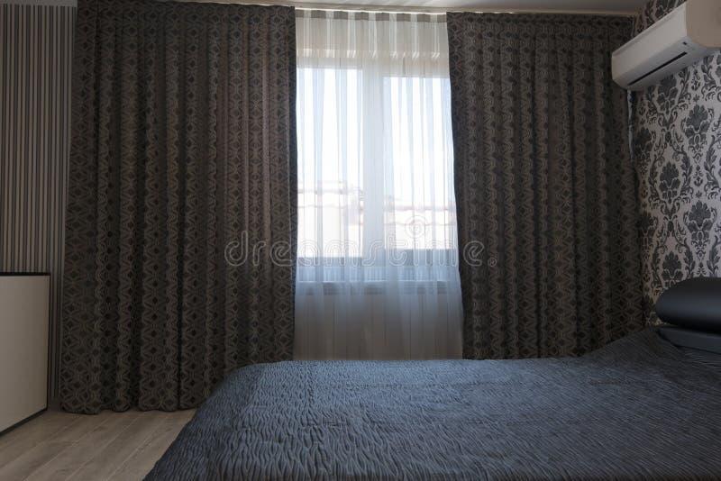 Lyxiga mörkergardiner i sovrummet royaltyfri foto