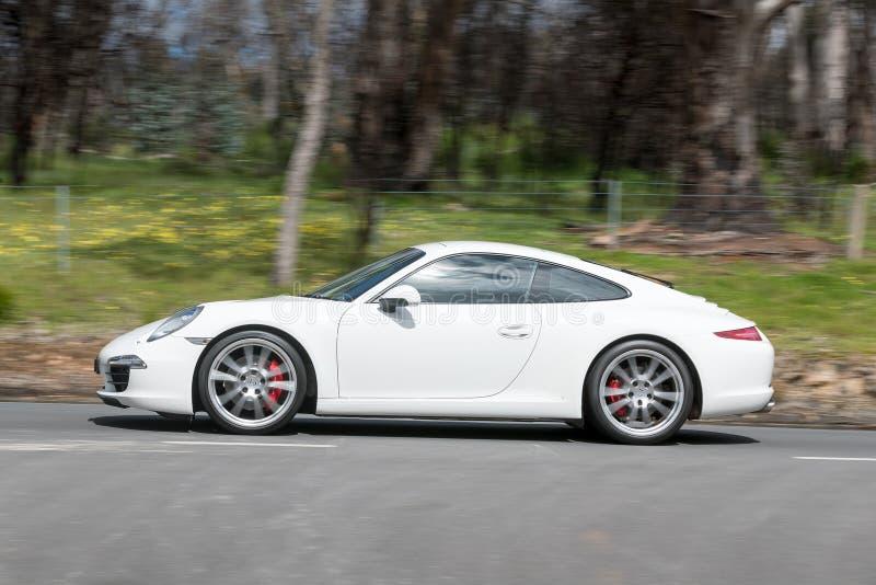 Lyxiga Porsche som kör på landsvägen arkivbilder