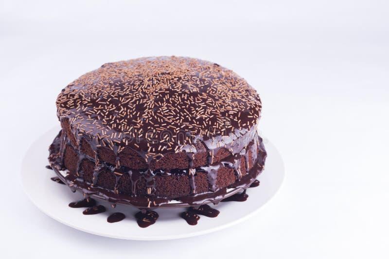 Lyxiga Rich Chocolate Cake på den vita plattan arkivfoton