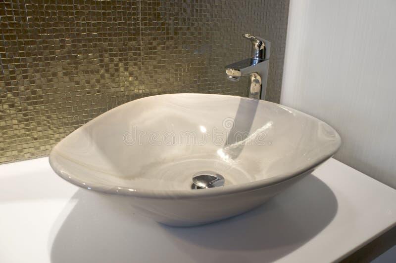 Lyxiga ron gristrar mosaiken och vasken för grön guld på badrum royaltyfri bild