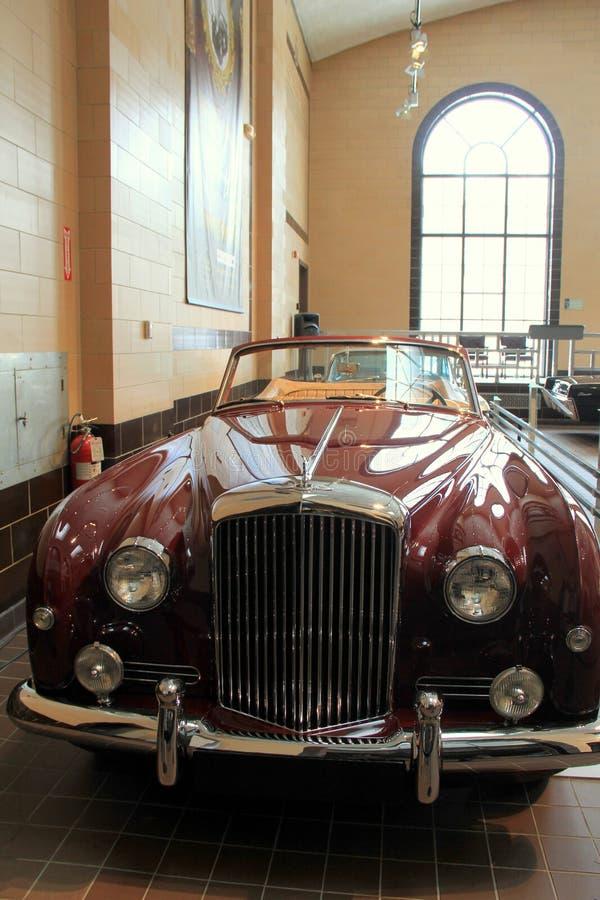 Lyxiga samlares bil på skärm för att besökare ska beundra, Saratoga bilmuseum, 2015 arkivfoto