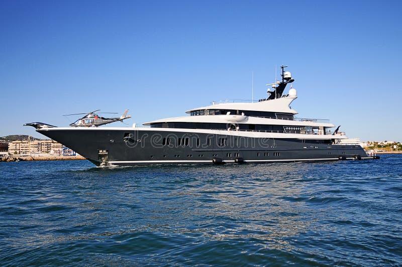 Lyxiga Superyacht med helikoptern i Ibiza Spanien royaltyfri foto