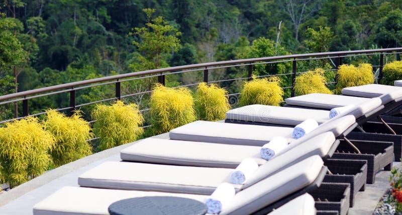 Lyxiga vardagsrumstolar på poolsiden för Costa Rican den högvärdiga lopphotell royaltyfri bild