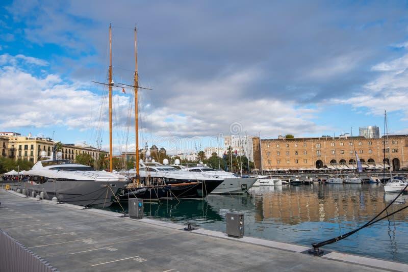 Lyxiga yachter på den portVell marina, Barcelona, Spanien royaltyfri fotografi