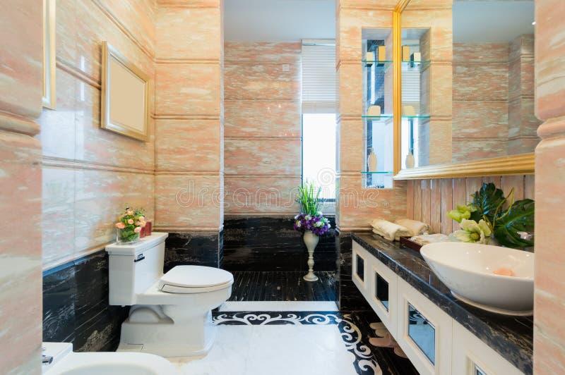 Lyxigt badrum arkivbild