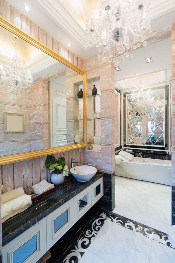 Lyxigt badrum fotografering för bildbyråer