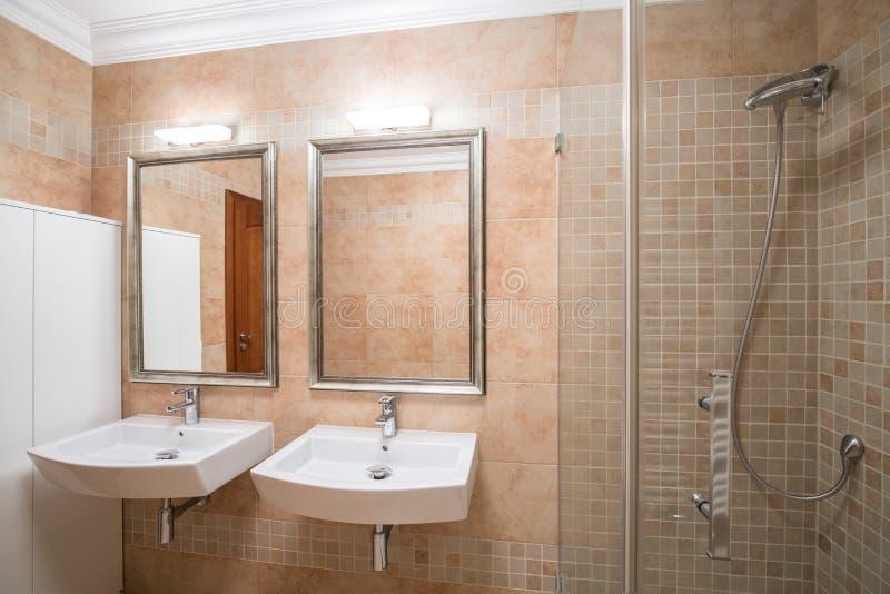 Lyxigt badrum i ny design fotografering för bildbyråer