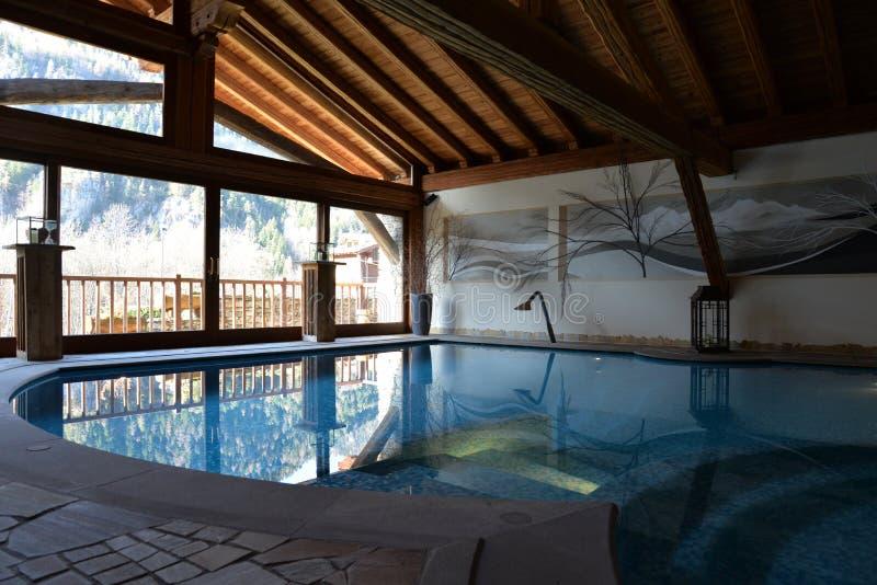 Lyxigt berghotell, inomhus simbassäng fotografering för bildbyråer
