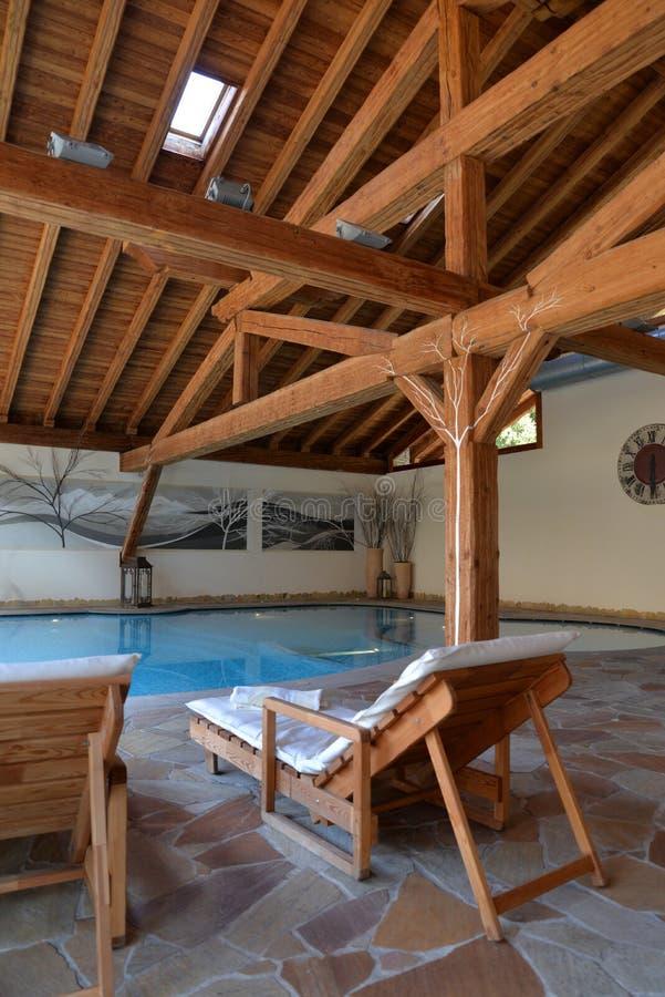Lyxigt berghotell, inomhus simbassäng royaltyfri fotografi