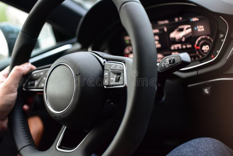 Lyxigt bilhjul och instrumentbräda arkivfoto